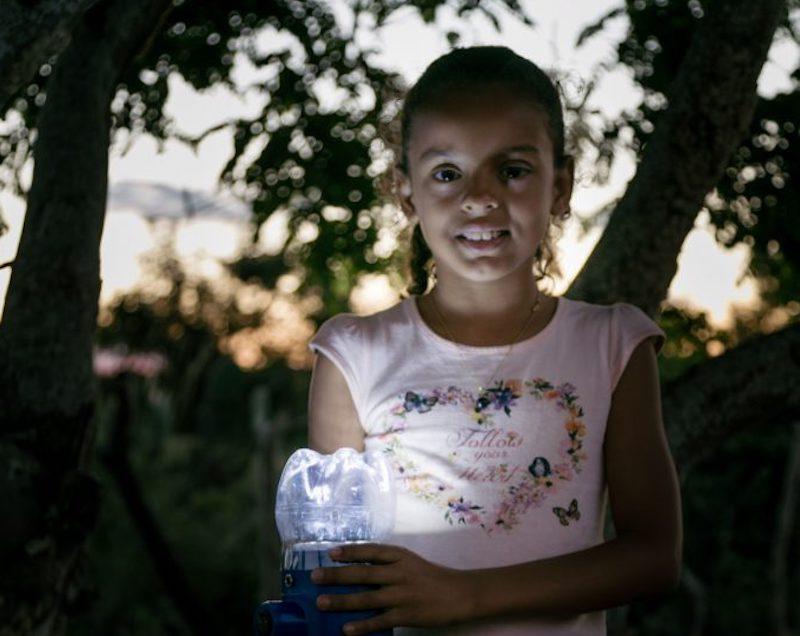 Luz para todos! Moradores de regiões remotas da Bahia sem acesso à eletricidade ganham lampiões movidos a energia solar