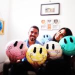 Casal de brasileiros lança marca de almofadas criativas feitas de garrafa PET