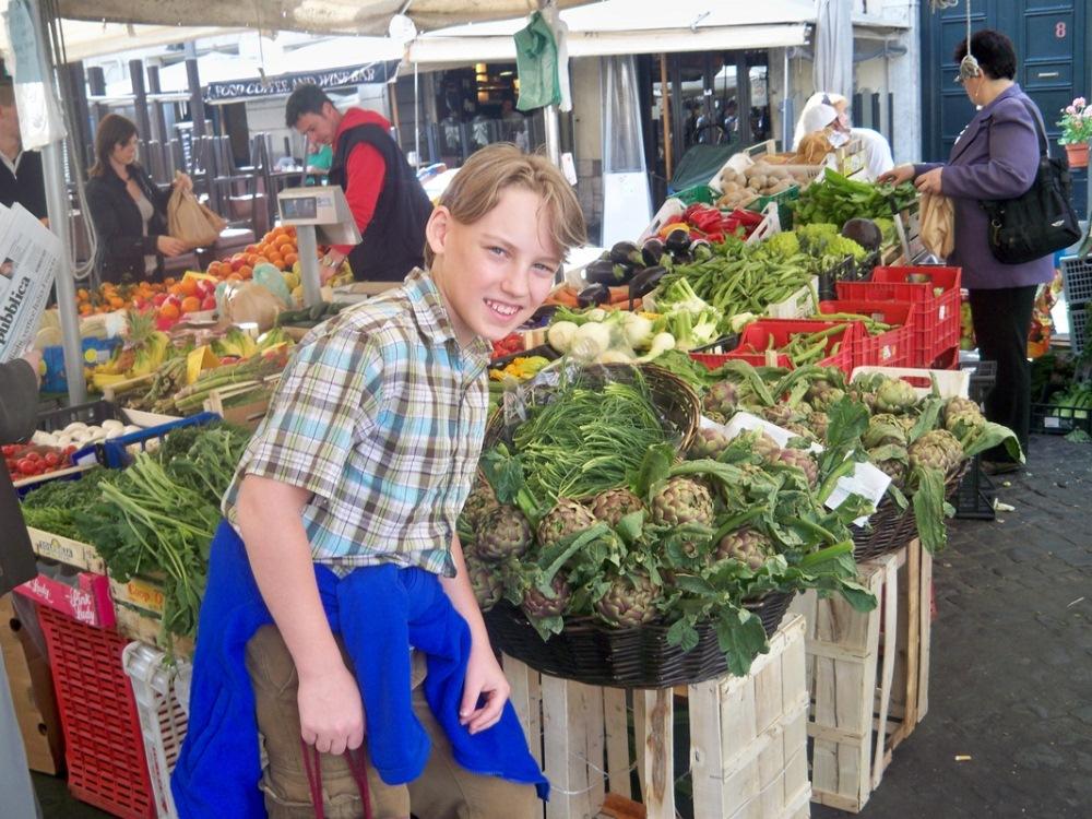 Garoto de 15 anos palestra para adultos sobre alimentação saudável e incentiva produção de orgânicos