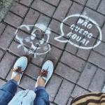 Contra desperdício de água, grupo picha Cascão em calçadas
