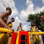 Na África, crianças geram energia enquanto se divertem