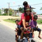 Brasileiro viaja mundo de bike para dar aula a crianças