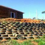 Pedreiro constrói própria casa com 11 mil garrafas PET