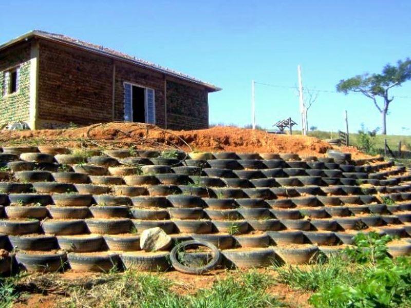 Para dar exemplo aos clientes, pedreiro constrói própria casa com 11 mil garrafas PET