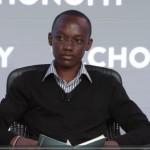 Jovem de 17 anos leva luz a escola pobre da África por meio de sistema que produz energia com cocô