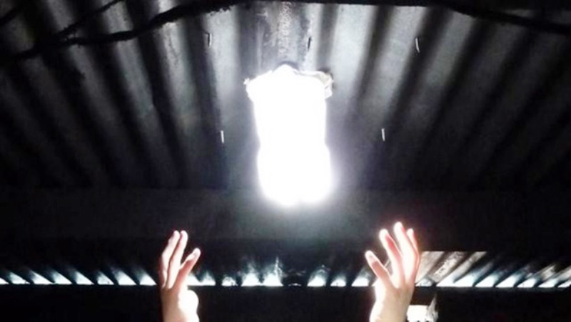 Aprenda a fazer lâmpadas de PET para iluminar a casa