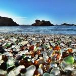 A praia dos EUA que já foi um depósito de lixo e hoje tem 'areia de vidro'