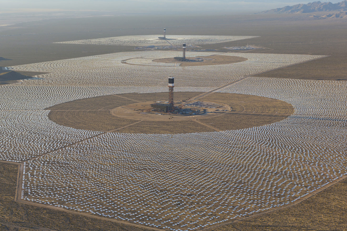 Maior usina solar do mundo tem tamanho de 1.300 campos de futebol. Veja fotos!