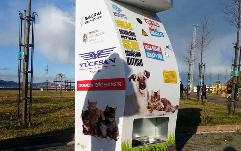 A máquina que libera ração para animais de rua quando pessoas depositam recicláveis