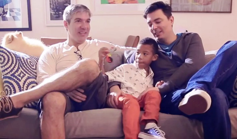 Casal gay participa de campanha do Dia das Mães