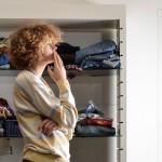 """Conheça a primeira """"biblioteca"""" de roupas do mundo: você não compra peças, pega emprestado"""