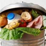 França proíbe supermercados de jogar comida no lixo