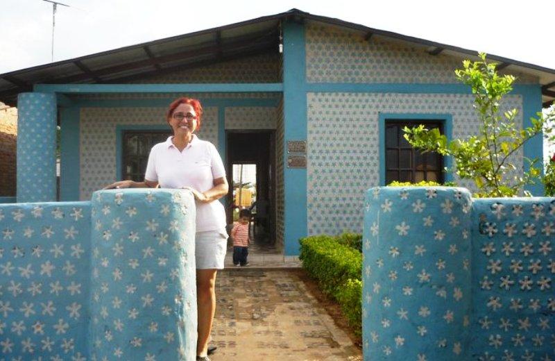 Boliviana constrói casas com garrafas PET para famílias carentes (em 20 dias)