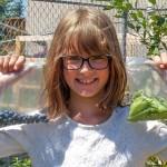Menina de 9 anos cultiva horta para alimentar moradores em situação de rua