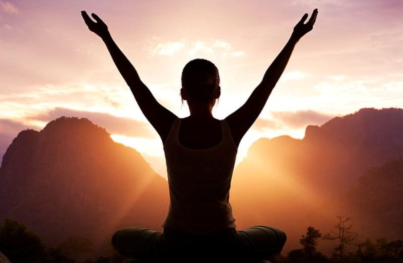 6 posições de yoga para quem trabalha o dia todo sentado