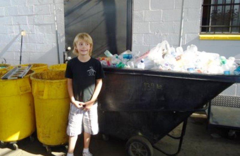Garoto de 7 anos cria empresa de reciclagem (e doa lucro para crianças sem-teto)