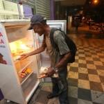 Goiânia ganha geladeira pública que alimenta moradores em situação de rua