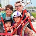 Família vende o carro e economiza US$ 800 por mês usando bike