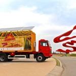 Contêiner itinerante que produz energia solar leva teatro a cidades do Brasil