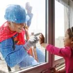Limpadores de janela se vestem de super-heróis para divertir crianças no hospital