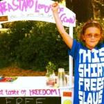 Menina de 10 anos vende limonada orgânica para combater trabalho escravo infantil