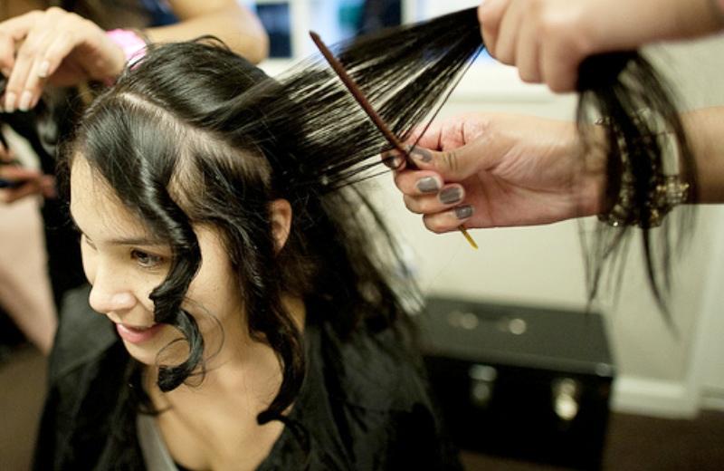 Metrô monta (dentro da estação) espaço de doação de cabelo para mulheres com câncer