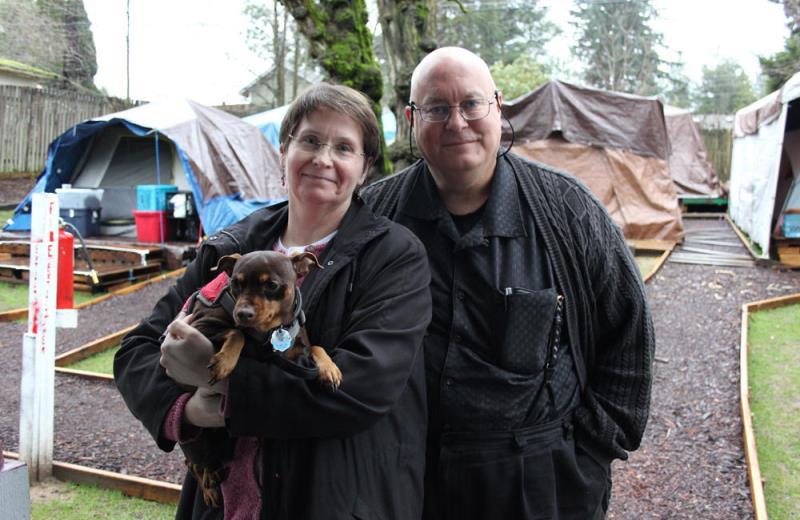 O casal que transformou o quintal de casa em um camping para moradores de rua