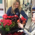 A decoradora de casamentos que doa as flores das festas para idosos que vivem em asilos