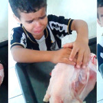 """""""Deixa ela em paz"""", diz menino de 4 anos ao ver mãe preparando galinha para o almoço"""