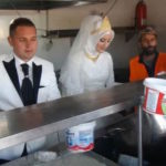 Casal turco troca festa do casamento por banquete para 4 mil refugiados sírios