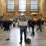 Projeto coloca voluntários de plantão em lugares públicos para ouvir problemas alheios