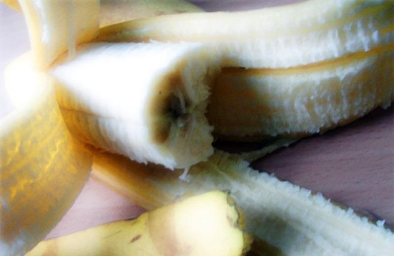 Brasileira descobre técnica para despoluir água usando cascas de banana