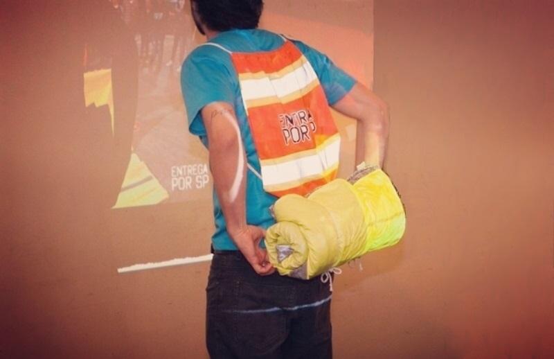 Projeto quer distribuir cobertores impermeáveis (acoplados a mochilas) para moradores de rua