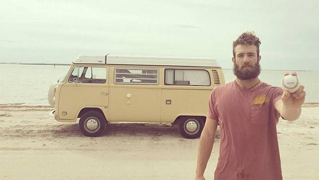 O jogador de beisebol milionário que é adepto do minimalismo e mora em uma van