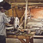A empresa que produz móveis usando apenas madeira reciclada (e só emprega moradores de rua)