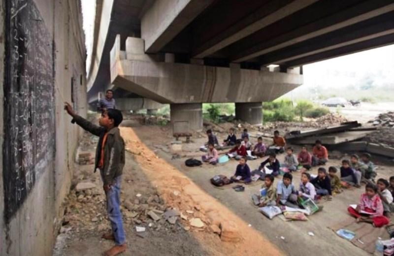 O indiano que criou uma escola informal embaixo da ponte para ensinar crianças pobres que não conseguem ir à escola
