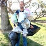 Americano vai vestir o lixo que produzir durante um mês para questionar consumo desenfreado da sociedade