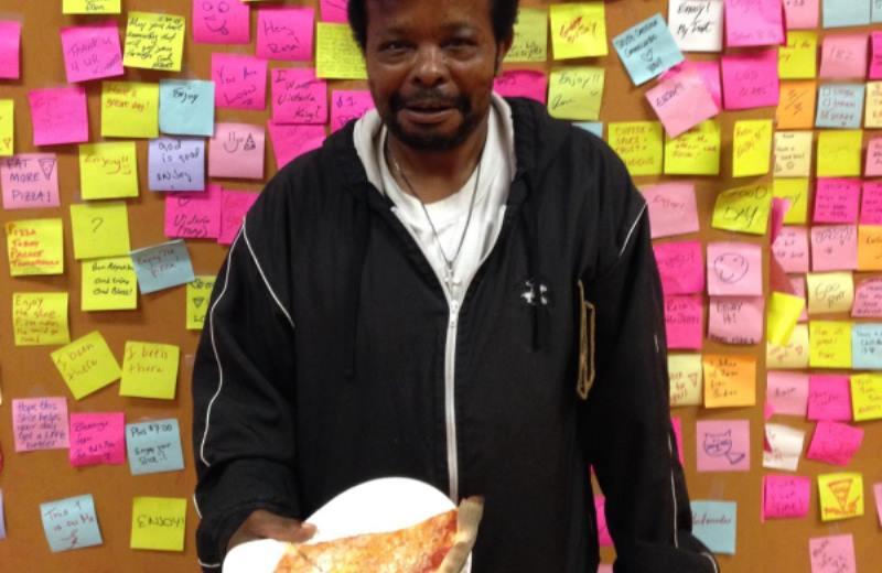 A pizzaria que convida clientes a deixar uma fatia paga para moradores de rua