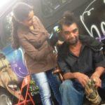 Barbearia itinerante oferece cortes de cabelo gratuitos (e dignidade!) para moradores em situação de rua