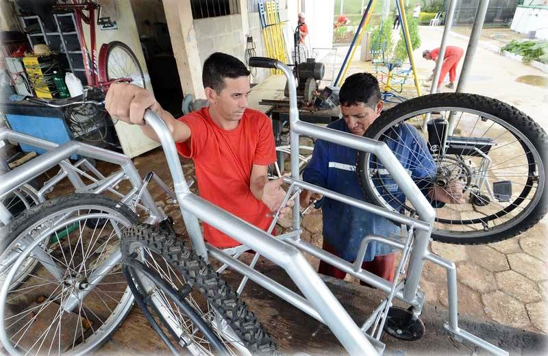 Presos de MG transformam bikes apreendidas em cadeiras de rodas para pessoas de baixa renda