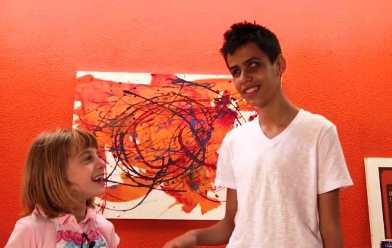Pintora mirim de apenas 7 anos vende quadros para pagar cirurgia que fará amigo cego voltar a enxergar