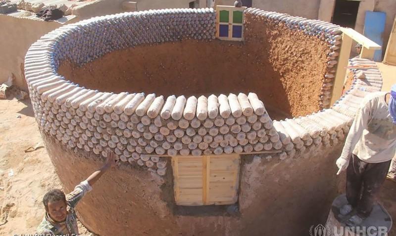 O homem que constrói casas para refugiados utilizando garrafas plásticas