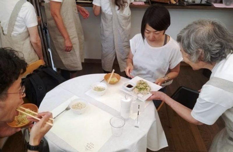 O restaurante que emprega apenas pessoas com demência e Alzheimer para incentivar empatia por aqueles que possuem essas doenças