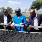 No Quênia, empresa produz carvão de cocô (mais barato, eficiente e sustentável) para substituir carvão mineral