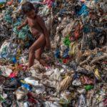 Água potável que sai das torneiras brasileiras está cheia de microplástico (e pode fazer mal à saúde), alerta estudo