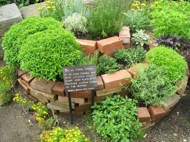 Tem pouco espaço para plantar em casa? Aprenda a fazer uma horta em espiral