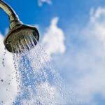 """Brasileiro inventa chuveiro que garante """"banho infinito"""" com apenas 10 litros de água"""