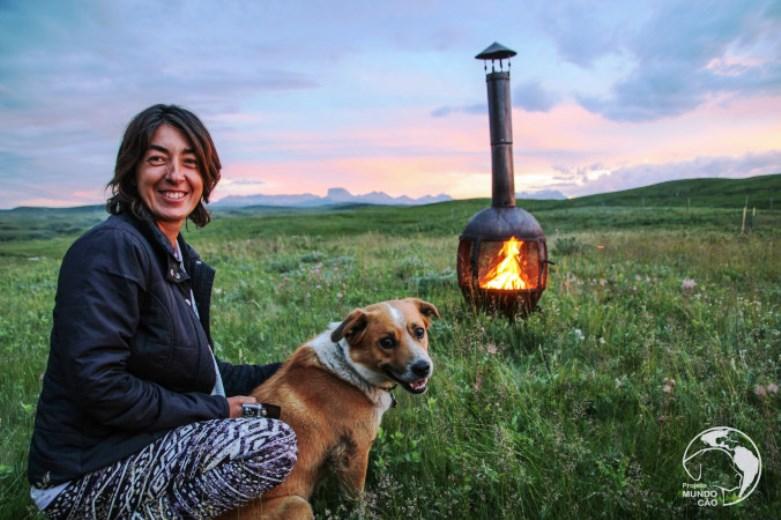 O casal de brasileiros que viaja o mundo cuidando de cães abandonados