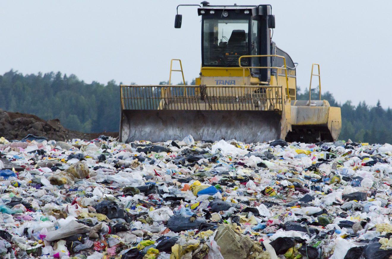 China assina lei que proíbe países (inclusive Brasil!) de exportar resíduos plásticos para seu território