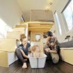 Não precisa mudar de casa com a chegada dos filhos! Casal acomoda bebê em minicasa de 19 m²